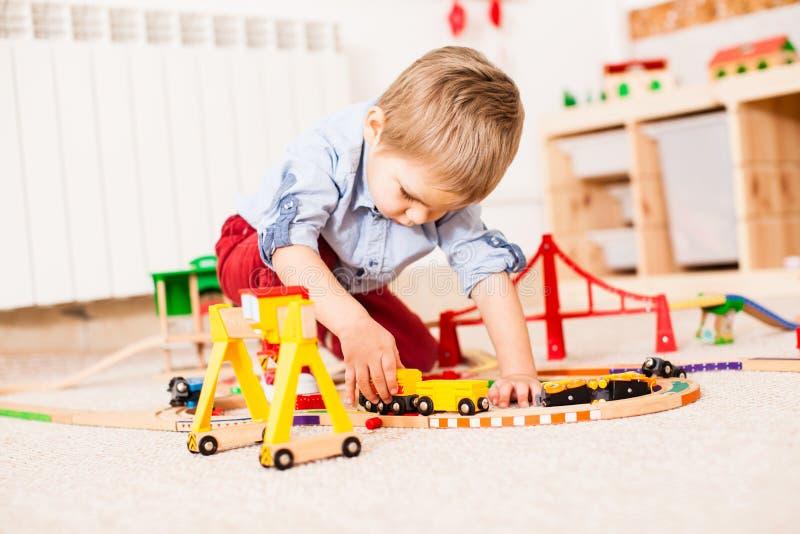 Juegos del muchacho con el tren foto de archivo