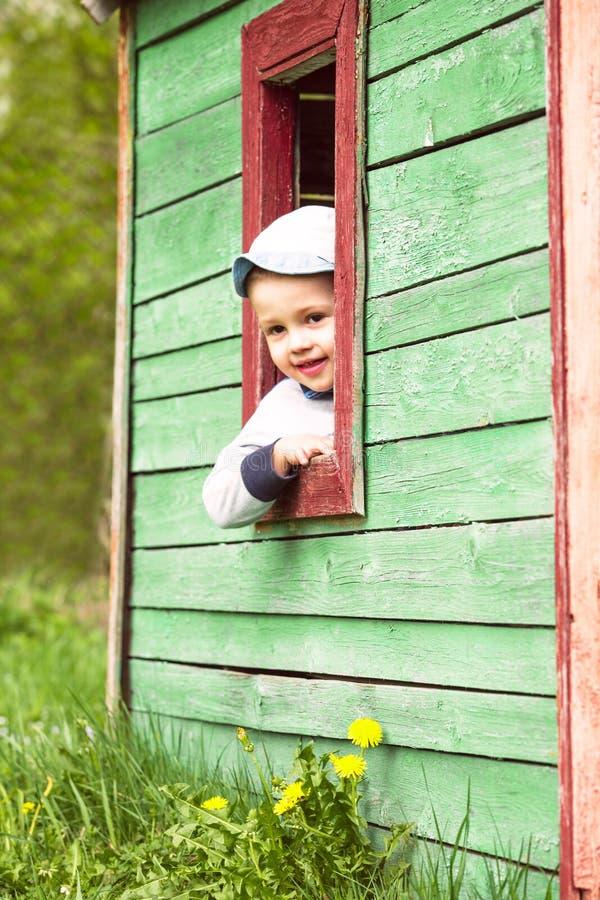 Juegos del muchacho en casa fotos de archivo