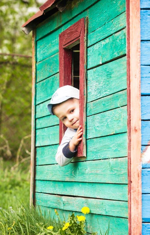 Juegos del muchacho en casa imágenes de archivo libres de regalías