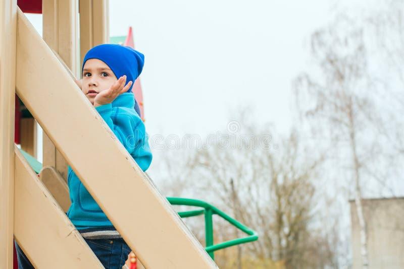 Juegos del muchacho en el patio foto de archivo