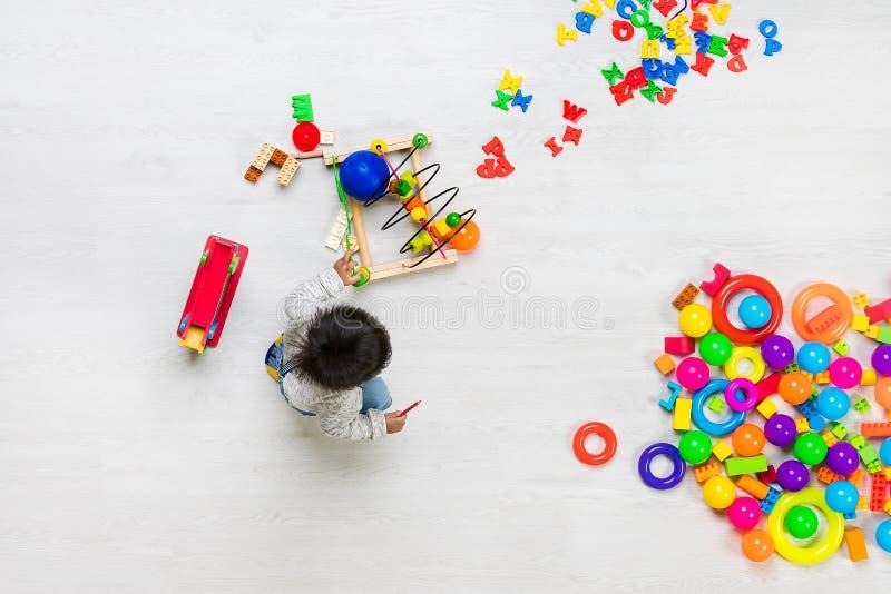 Juegos del niño entre los juguetes fotos de archivo libres de regalías