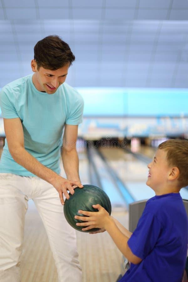 Juegos del padre con el hijo en club del bowling fotos de archivo libres de regalías