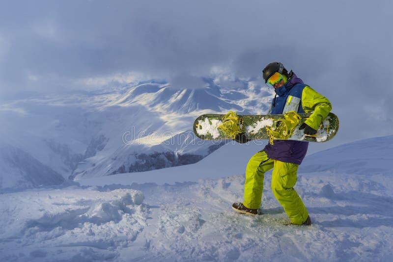 Juegos divertidos del snowboarder en el tablero imagen de archivo libre de regalías