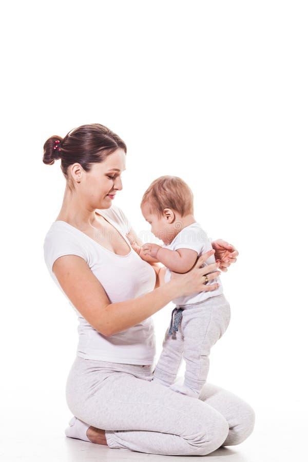 Juegos jovenes de la madre con el bebé foto de archivo libre de regalías