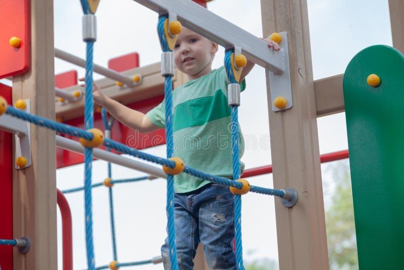 Juegos rubios lindos divertidos del bebé en el patio La emoción de la felicidad, diversión, alegría fotografía de archivo