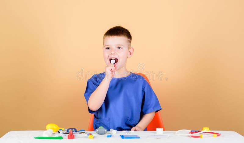 Juegue al juego Carrera linda del doctor del futuro del ni?o del muchacho Vida sana El pequeños doctor del niño sientan la tabla  foto de archivo