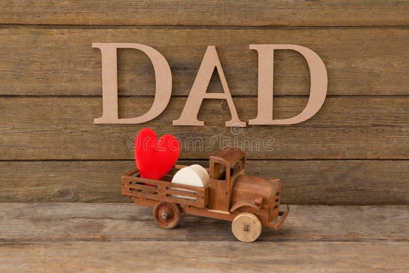 Juegue el camión con el corazón rojo contra papá del texto fotografía de archivo libre de regalías