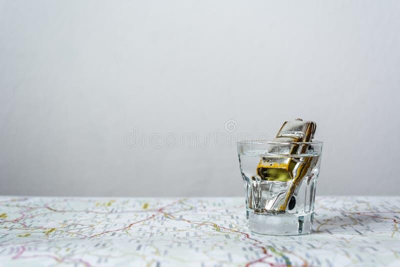 Juegue el coche en la vodka tirada en un mapa de camino imágenes de archivo libres de regalías