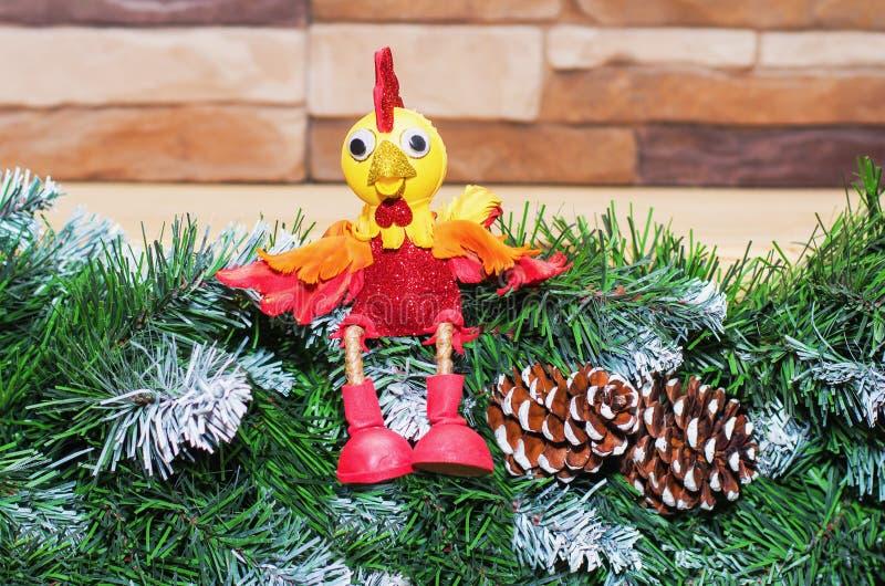 Juegue el gallo el símbolo del Año Nuevo 2017 imagen de archivo