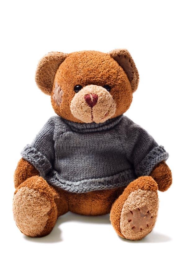 Juegue el oso marrón del peluche con las correcciones en suéter verde imagen de archivo libre de regalías