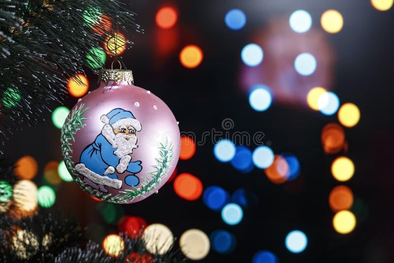 Juegue en un árbol de navidad en un fondo del bokeh fotografía de archivo