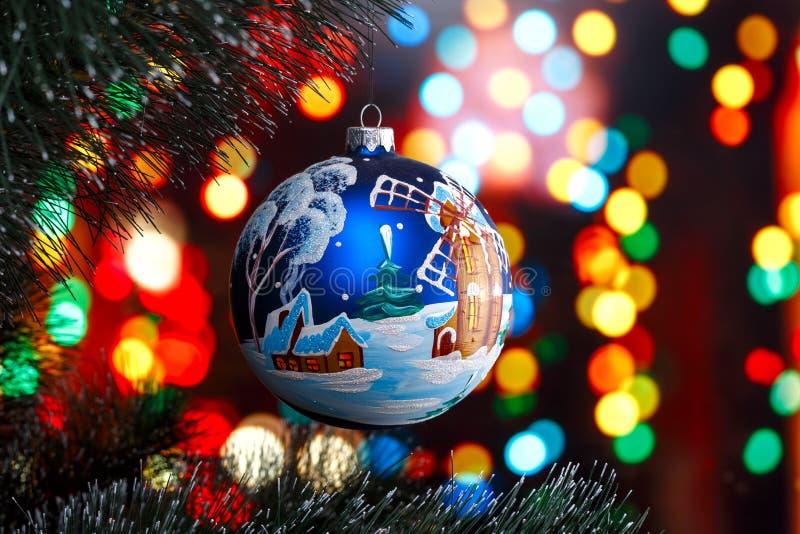 Juegue en un árbol de navidad en un fondo del bokeh fotos de archivo