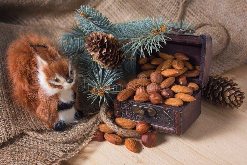 Juegue la ardilla y el pecho con las nueces debajo del árbol de navidad imágenes de archivo libres de regalías