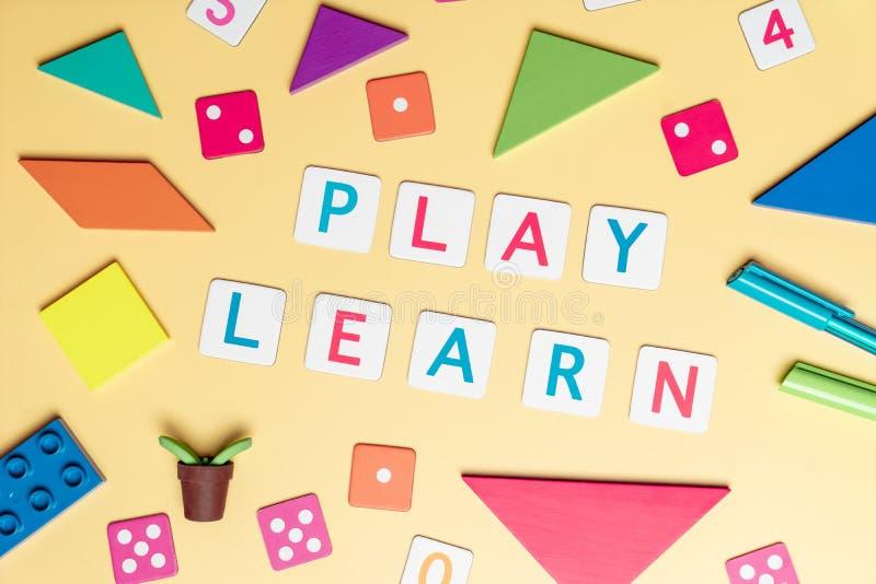 Juegue y aprenda con el juguete y los objetos para el concepto de la educación del niño imágenes de archivo libres de regalías