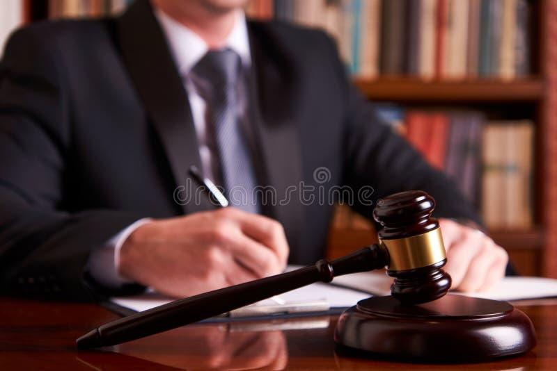 Juez masculino con el mazo de la ley fotos de archivo libres de regalías