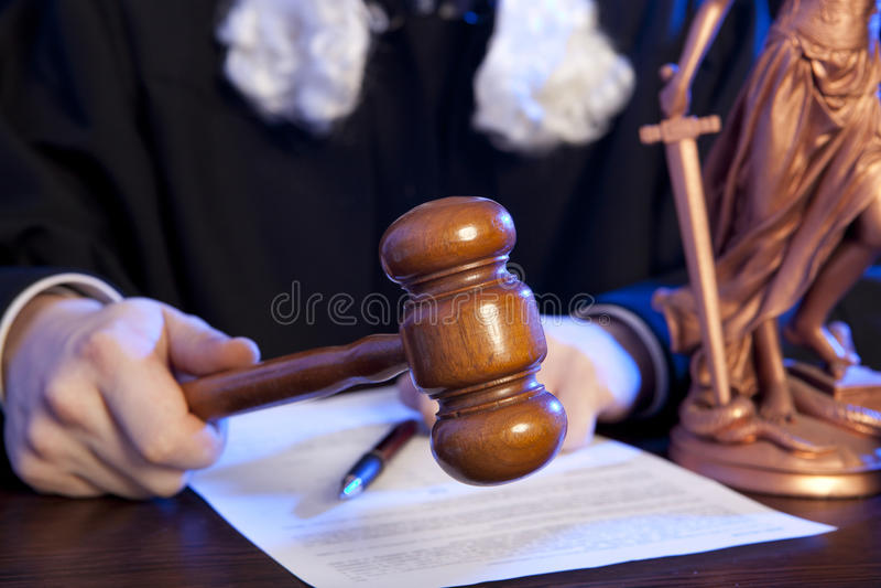 Juez masculino en una sala de tribunal fotos de archivo libres de regalías