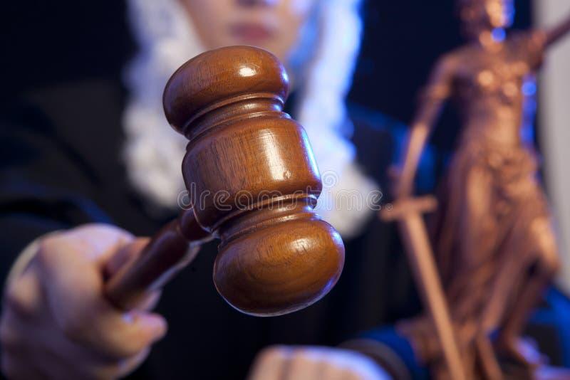 Juez masculino en una sala de tribunal fotos de archivo