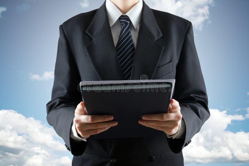 Juez masculino Holding Documents en fondo del cielo Prueba dura, corte divina foto de archivo libre de regalías