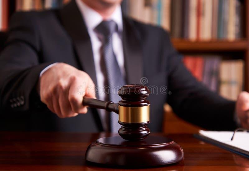 Juez masculino In una sala de tribunal que pega el mazo fotografía de archivo libre de regalías