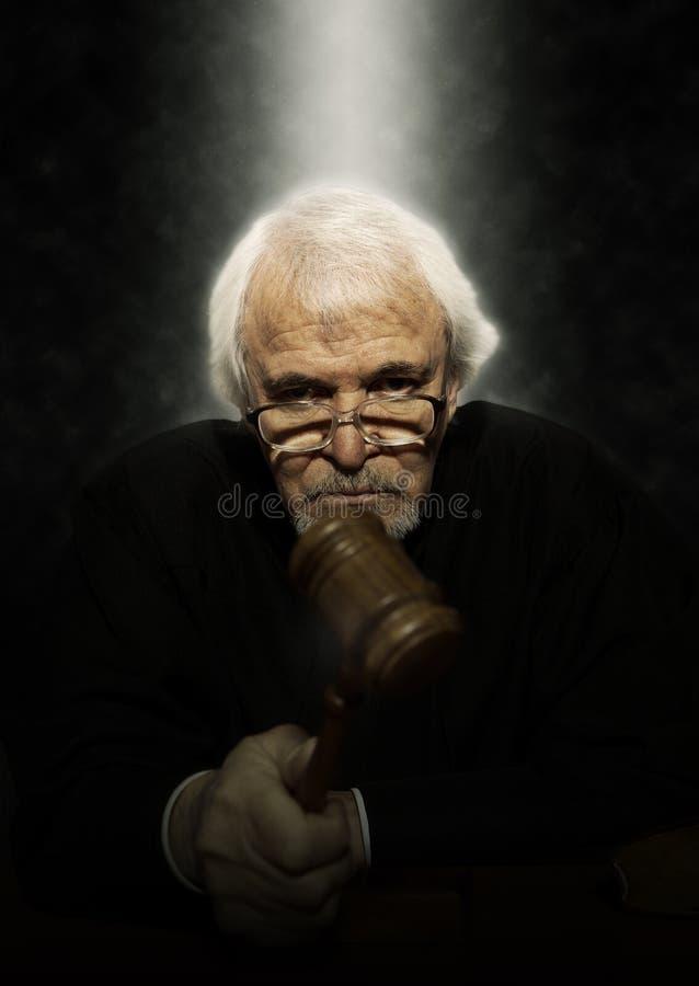 Juez masculino In una sala de tribunal que pega el mazo imagen de archivo