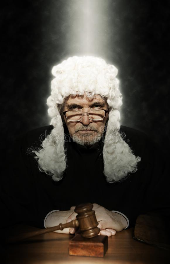 Juez masculino In una sala de tribunal que pega el mazo imagenes de archivo