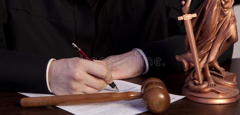 Juez masculino In una sala de tribunal que pega el mazo foto de archivo libre de regalías