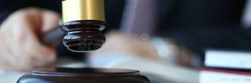 Juez que lleva a cabo mentiras disponibles del martillo foto de archivo