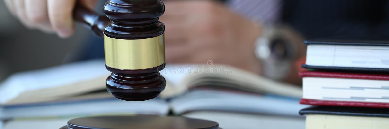 Juez que lleva a cabo mentiras disponibles del martillo imagenes de archivo