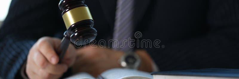 Juez que lleva a cabo mentiras disponibles del martillo imagen de archivo