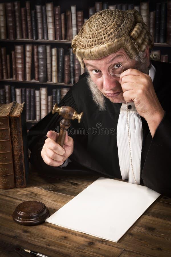 Juez que mira a través de monóculo fotos de archivo
