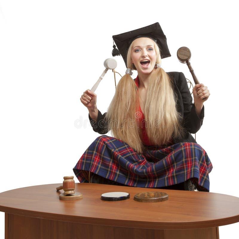 Juez rubio divertido que sostiene los mazos fotografía de archivo