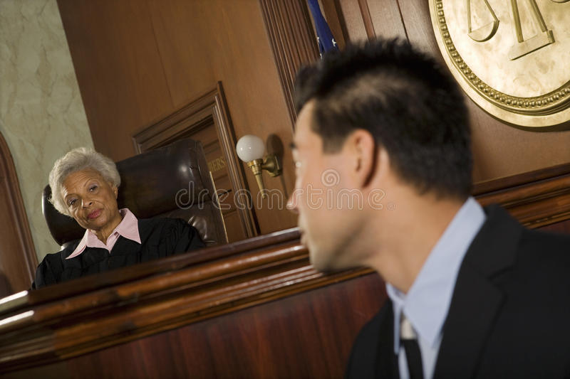 Juez And Witness Looking en uno a imagen de archivo libre de regalías
