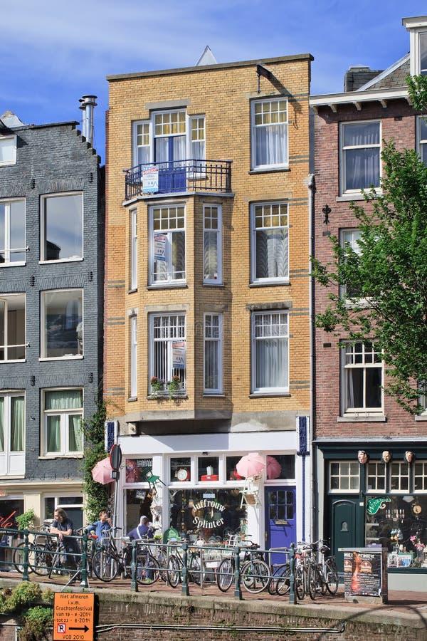Juffrouw裂片,有各种各样的葡萄酒的,阿姆斯特丹,荷兰一家古雅小的商店 库存照片