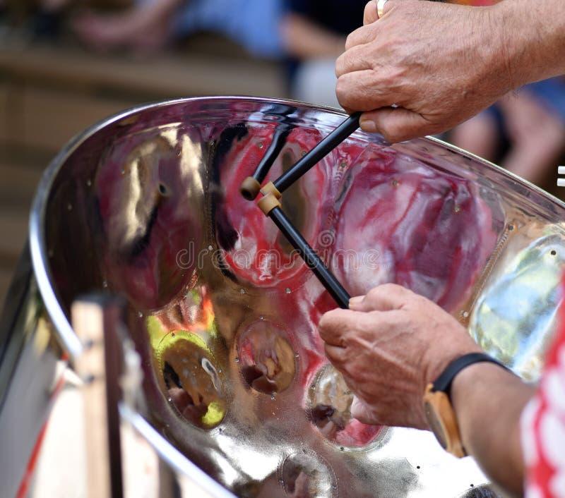 Jugador de acero del Caribe del tambor de la cacerola con los palillos imágenes de archivo libres de regalías