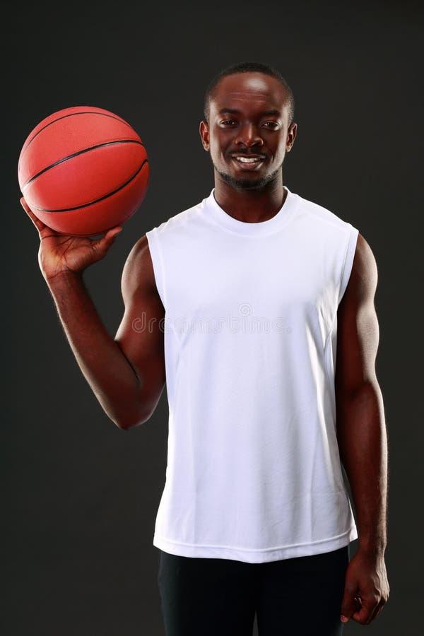 Jugador de básquet afroamericano feliz fotografía de archivo