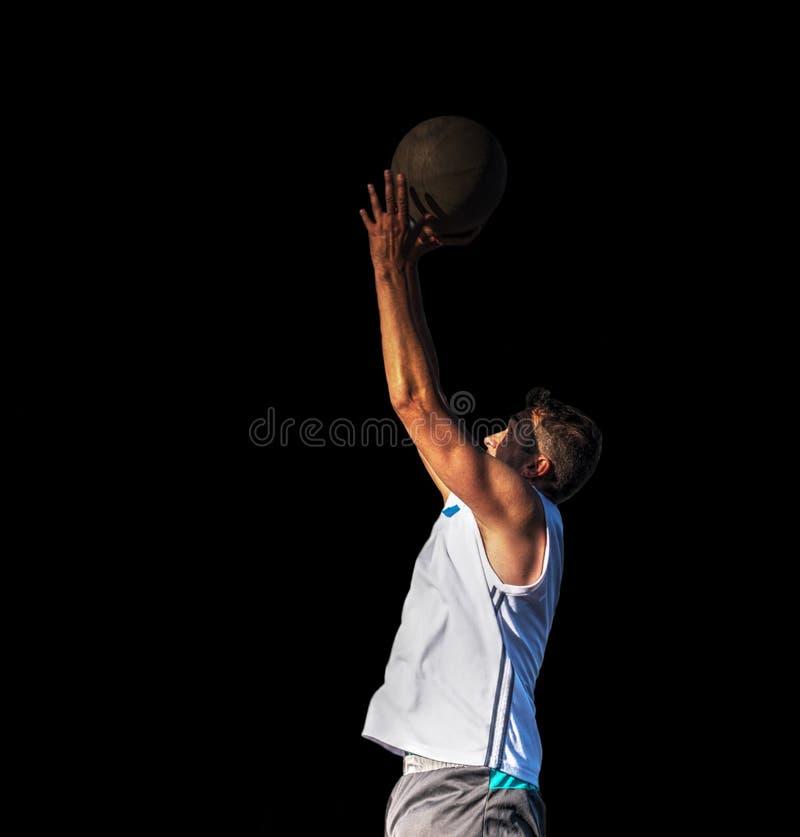Jugador de básquet aislado en negro fotos de archivo