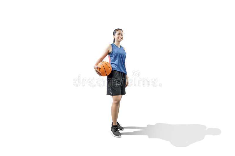 Jugador de básquet asiático de la mujer que celebra la bola imagen de archivo libre de regalías