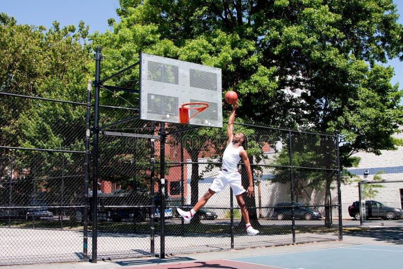 Jugador de básquet de salto imagen de archivo
