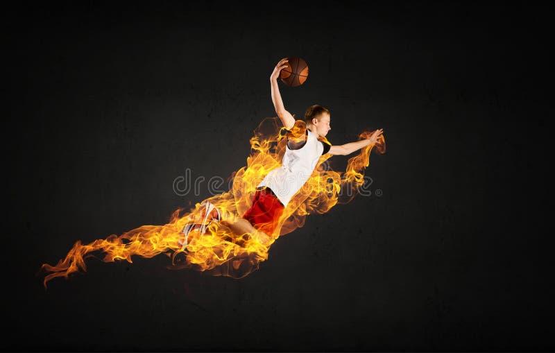Jugador de básquet en el fuego fotos de archivo