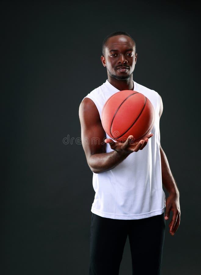 Jugador de básquet joven del afroamericano fotografía de archivo libre de regalías