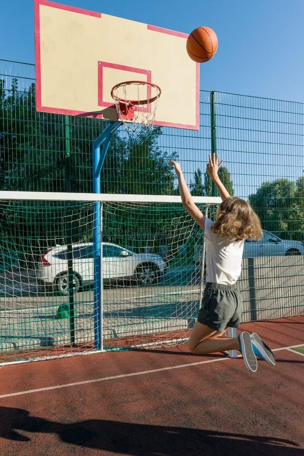 Jugador de básquet de la calle de la muchacha del adolescente en la cancha de básquet fotografía de archivo