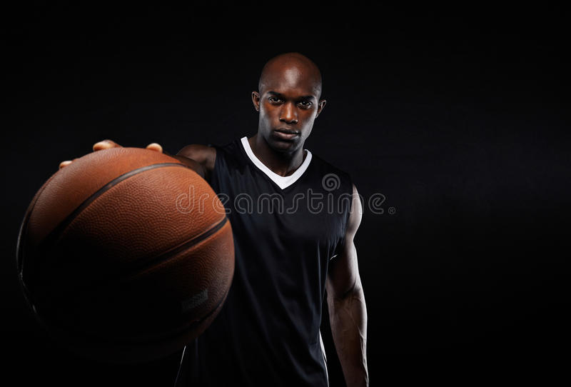 Jugador de básquet profesional contra fondo negro imagen de archivo libre de regalías