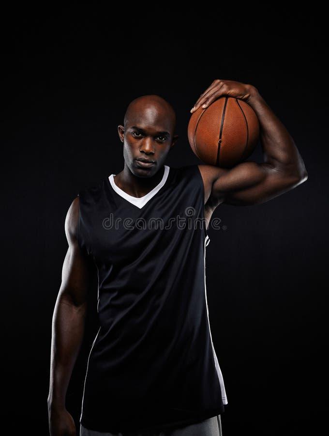 Jugador de básquet profesional que celebra una bola foto de archivo libre de regalías