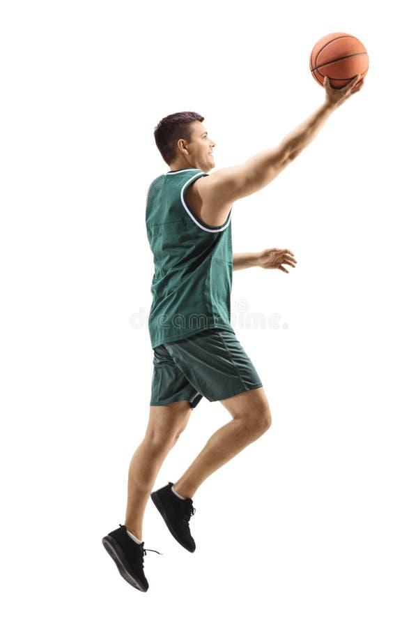 Jugador de básquet de sexo masculino que juega con una bola imagen de archivo libre de regalías