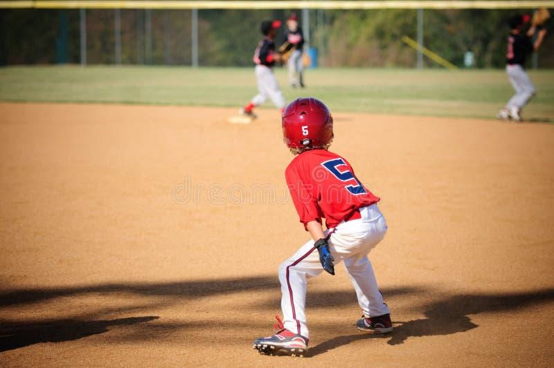 Jugador de béisbol de la liga pequeña que intenta robar fotos de archivo libres de regalías