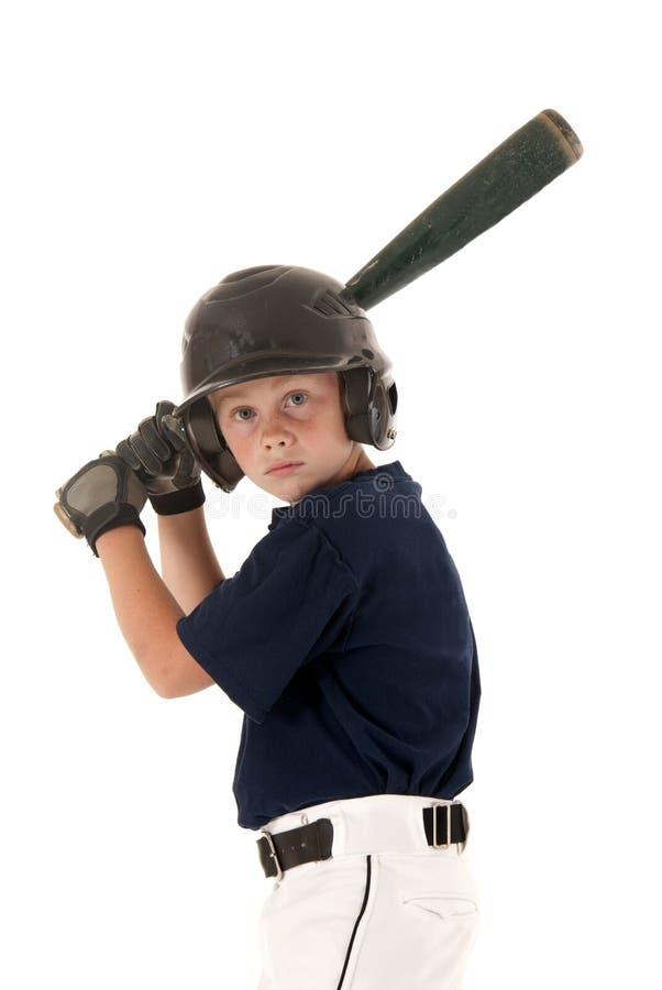 Jugador de béisbol joven waithing para una echada fotos de archivo