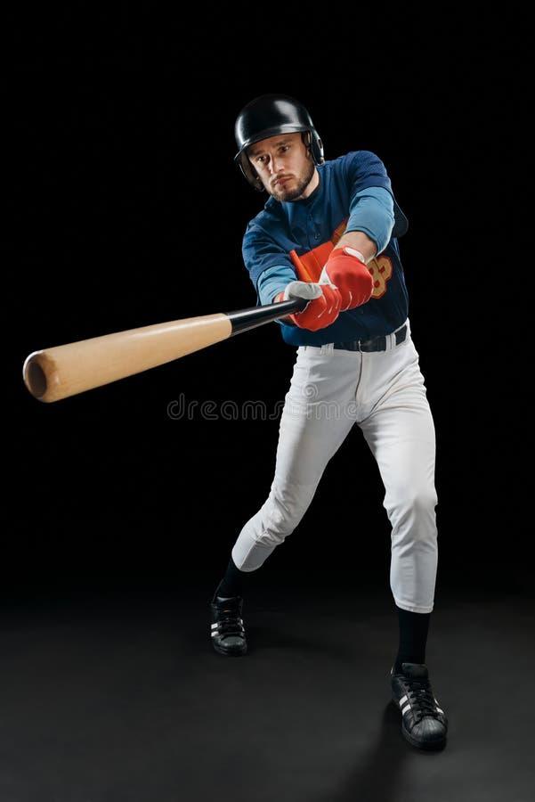 Jugador de béisbol que golpea una bola foto de archivo
