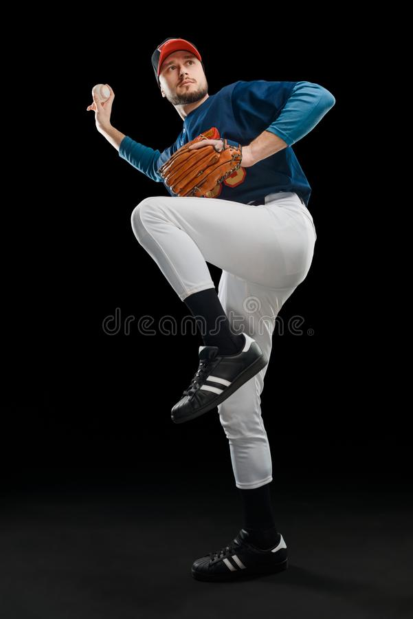 Jugador de béisbol que lanza una bola rápida imagen de archivo