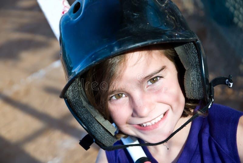Jugador de beísbol con pelota blanda de la chica joven/talud fotografía de archivo