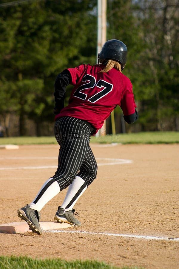 Jugador de beísbol con pelota blanda femenino fotos de archivo